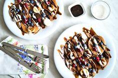 Pancakes de Avena y Plátano con Sirope de Chocolate y Crema de Anacardos