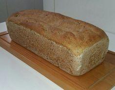 O Pão Caseiro Integral é fofinho, delicioso e fácil de fazer. Basta misturar todos os ingredientes, sovar e levar para assar. Experimente!
