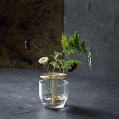 Un vase avec des trous pour un multiple soliflore