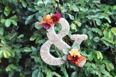 麻ひもをグルグル巻き付けて、お花を飾っています。アジアンテイストですね。