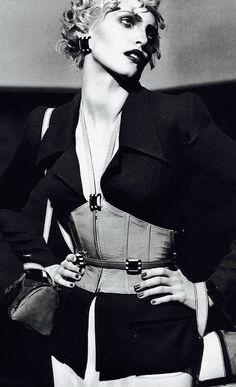 Nadja Auermann by Karl Lagerfeld for Karl Lagerfeld S/S 1995 News Fashion, Fashion Models, Queer Fashion, Nadja Auermann, 20th Century Fashion, Trophy Wife, Grunge Fashion, Timeless Fashion, Retro