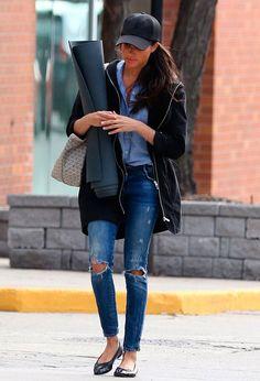 Meghan Markle - camisa-moletom-bone-street-style - boné - meia estação - street style | Flats + moletons? Protagonistas do look comfy.