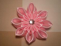 УРОК № 1 Здравствуйте! Меня зовут Маргарита. Этот мастер класс по изготовлению цветка Канзаши из атласной ленты своими руками. В этом видео мы сделаем новый ...