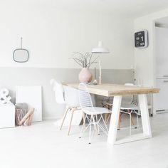 Een goed voorbeeld van een lambrisering met lichtgrijs onder en wit boven. Jullie vloer is natuurlijk zwart, maar denk wel dat dit heel mooi zal staan!
