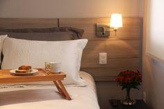 Cabeceira da cama , em formica . Iluminação com arandelas, para dar o toque final.