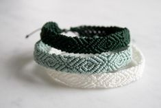 For the most part, ankle bracelets are casual accessories: they are best endured a normal day out having a good time. Multicolored anklets woven from fibers or threads look excellent with casual shoes or flip-flops. Thread Bracelets, Braided Bracelets, Macrame Bracelets, Ankle Bracelets, Gold Bracelets, Diamond Earrings, Braclets Diy, Knitted Bracelet, Macrame Bracelet Patterns