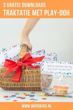 Wil je niet op eten trakteren? Eens geen snoep of gezond? Of zoek je een afscheidstraktatie voor de peuterspeelzaal of bij verhuizing? Wij maakten een traktatie met klei van Play-Doh.