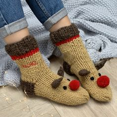 These adorable cosy hand knitted socks are the perfect way to relax and celebrate the Christmas period! - the ultimate Christmas sofa sock! A cosy new pair of hand knitted socks are always an absolut. Knit Slippers Free Pattern, Knitted Slippers, Slipper Socks, Addi Knitting Machine, Knitting Socks, Hand Knitting, Knitting Ideas, Cosy Socks, Holiday Crochet
