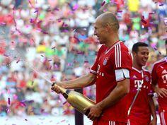 Und da ist schon der erste Titel der neuen Spielzeit! Arjen Robben und sein FC Bayern fuhren locker den Sieg beim Telekom-Cup in Mönchengladbach ein. (Foto: Roland Weihrauch/dpa)