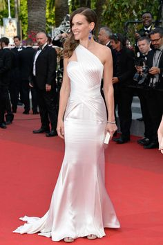 Hilary Swank Stuns at 'The Homesman' Cannes Photo Call & Premiere!: Photo Hilary Swank shimmers in silk as she attends the premiere of her new film The Homesman held during the 2014 Cannes Film Festival on Sunday (May in Cannes, France. Oscar Dresses, Club Dresses, Satin Dresses, Strapless Dress Formal, Long Dresses, Celebrity Dresses, Celebrity Style, Divas, Cannes Film Festival 2015