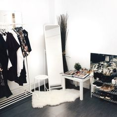Room Inspo Flat share inspiration: large mirror, shoe rack and clothes rail. Closet Bedroom, Bedroom Inspo, Home Bedroom, Bedroom Decor, Bedrooms, Wardrobe Closet, Design Living Room, Dream Rooms, My New Room