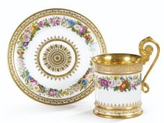 Cup and saucer in period Sèvres porcelain restoration, dated 1822 CUP AND SAUCER PORCELAIN ANTIQUE SEVRES CATERING, DATED 1822 Cove High lacrosse, polychrome flower garlands, ivy frieze of gold and palms on the edges, inside the cup gold background
