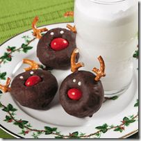 Like the powdered donut snowmen... this would be even easier than the marshmallow reindeer... This would be a great treat for the Elf on the Shelf breakfast tradition!