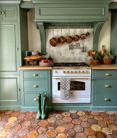 Green Kitchen Cabinets, Painting Kitchen Cabinets, Kitchen Dining, Kitchen Decor, Green Kitchen Paint, Smoke Painting, Urban Cottage, Country Kitchen, Home Interior Design