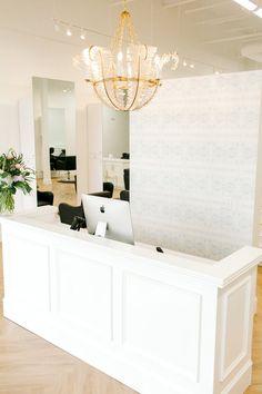Boutique Interior, Clinic Interior Design, Design Offices, Office Designs, Beauty Salon Decor, Beauty Salon Interior, Beauty Salons, Salon Reception Area, Beauty Salon Reception Ideas