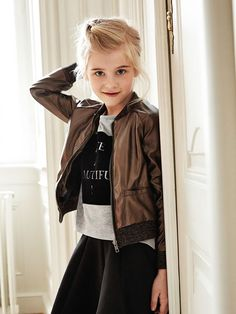 An exclusive look with clean lines, graphic prints and carefully selected colours and materials. This is the essence of LIMITED by name it, featuring minimalistic, feminine styles for the girls, and a raw edge in the boy collection. Więcej name it znajdziesz na: halens.pl