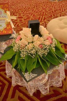 Simple sirih junjung with fresh flowers Wedding Gift Boxes, Diy Wedding, Malay Wedding, Wedding Gifts, Wedding Keepsakes, Wedding Ideas, Engagement Ring Platter, Engagement Gift Baskets, Flower Decorations