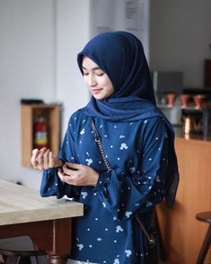 Gambar mungkin berisi: 1 orang, duduk, dalam ruangan dan dekat Hijab Fashion, Modest Fashion, Outfit Look, Beautiful Hijab, Wattpad, Blouse, Book, Girls, Life