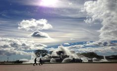 wind-blown clouds over Buckingham Fountain
