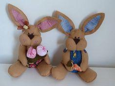 Coelho feito em feltro e tecido. <br> <br>100% a mão! <br> <br>Consulte o preço para o coelho, a coelha e o casal!