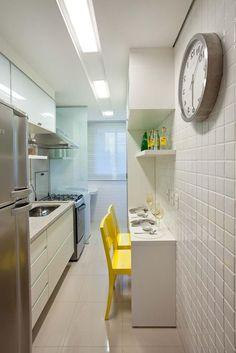 Quer decorar sua cozinha pequena? Separamos ideias para deixar sua cozinha com cara de moderna. Móveis, itens, revestimentos que não podem faltar. Confira no blog!