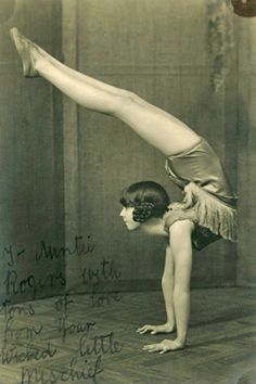 We Heart It の Vintage Carnival Contortionist Bending back Old Circus, Circus Art, Night Circus, Vintage Circus Performers, Circus Acrobat, Circus Theme, Circus Aesthetic, Art Du Cirque, Circo Vintage