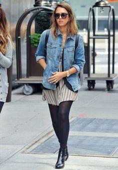 Street style da atriz Jessica Alba com jaqueta jeans + vestido + meia-calça + bota.
