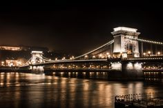 Vista notturna del Ponte delle catene a Budapest, dalla riva del fiume Danubio.