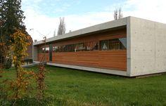 Casa moderna y compacta constriuida en madera y hormigón