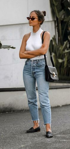 Look com calça mom jeans regata branca e sapatilha preta. The post Look com calça mom jeans appeared first on Best Jean. Outfit Jeans, Ripped Boyfriend Jeans Outfit, Distressed Jeans Outfit, Jeans Denim, Boyfriend Style, Casual Outfits, Cute Outfits, Fashion Outfits, Fashionable Outfits