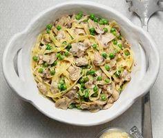Detta är ett snabblagat recept på tagliatelle med champinjoner, vitlök, ärter och parmesan som är helt underbart gott. Gör din krämiga champinjonsås under tiden som tagliatellen kokar och blanda sedan ihop dessa. Riv över parmesan före servering.