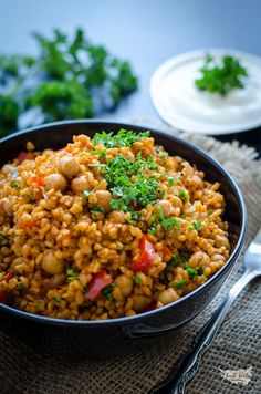 bulgur s cizrnou (pilaf)- 5 porcií, super Raw Food Recipes, Lunch Recipes, Vegetarian Recipes, Cooking Recipes, Healthy Recipes, Good Food, Food And Drink, Ethnic Recipes, Fitness