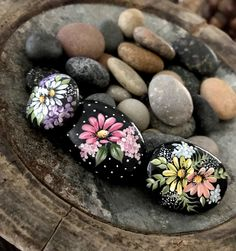 Inspirational Happy Sayings Painted Rocks Rock Painting Patterns, Rock Painting Ideas Easy, Rock Painting Designs, Pebble Painting, Pebble Art, Stone Painting, Stone Crafts, Rock Crafts, Rock Flowers