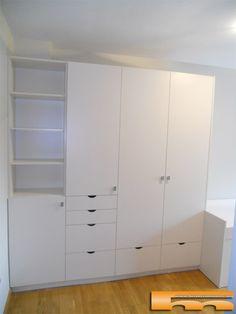 Armario a medida habitacion infantil con columna detrás de estantería. Proyecto a medida realizado por Fusteriamanel.com.