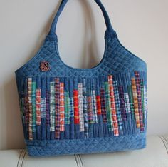 Lots of quilting Quilted Tote Bags, Patchwork Bags, Jean Purses, Purses And Bags, Denim Crafts, Craft Bags, Denim Bag, Purse Patterns, Fabric Bags
