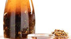 Vinaigrette érable et vinaigre balsamique - Recettes de cuisine, trucs et conseils - Canal Vie Vinaigrette Dressing, Salads, Spices, Food And Drink, Healthy Recipes, Candle Holders, Pesto, Dressings, Couple