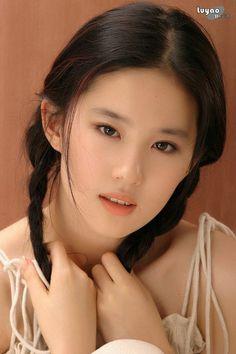 """Hai nàng """"Bạch Thiển"""" Lưu Diệc Phi - Dương Mịch: Giàu có, xinh đẹp, tình duyên thăng trầm - Ảnh 3. Raw Beauty, Beauty Women, Asian Beauty, Beautiful Asian Women, Pretty Asian, Singer Fashion, China Girl, Sexy Asian Girls, Sensual"""