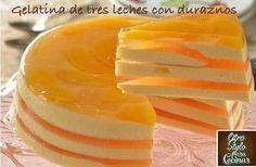 GELATINA DE TRES LECHES CON DURAZNOS Gelatin Recipes, Jello Recipes, Mexican Food Recipes, Sweet Recipes, Jello Cake, Jello Desserts, Delicious Desserts, Yummy Food, Latin Food