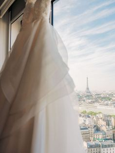 Gorgeous Paris wedding at the church of La Madeleine. This historic church was the perfect setting for a joyful Paris wedding for an American couple. Parisian Wedding Dress, French Wedding Dress, Paris Wedding, Paris Destination, Destination Wedding, Wedding Styles, Wedding Photos, Paris Couple, Paris Elopement