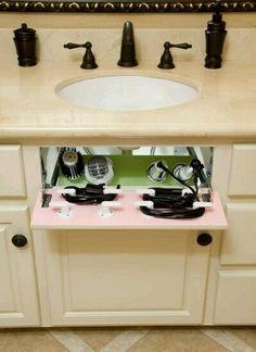 Espaços bem aproveitados no gabinete do banheiro permitem guardar escovas e secadores de forma muito prática