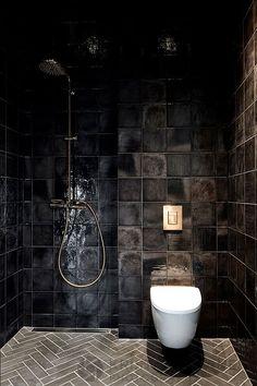 Pure Scandinavian modern wooden home in Finland Cool black bathroom (see more) Dark Bathrooms, Small Bathroom, Bathroom Black, Bathroom Ideas, Bathroom Goals, Luxury Bathrooms, Modern Bathrooms, Master Bathrooms, Bathroom Mirrors