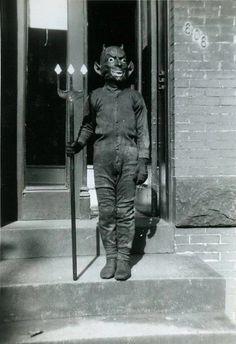 60 Vintage Halloween Costumes That Are Creepy Creepy Halloween, Happy Halloween, Halloween Costumes, Halloween Stuff, Vintage Halloween Photos, Halloween Pictures, Creepy Images, Creepy Vintage, Photo Vintage