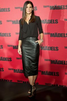 Sandra Bullock Pencil Skirt - Sandra opted for a cool black leather pencil skirt to pair with her black blouse at the 'Taffe Maedels' photo call in Berlin. Mode Outfits, Skirt Outfits, Fashion Outfits, Fashion Tips, Black Leather Pencil Skirt, Leather Midi Skirt, Black Pencil, Fashion Over 40, Look Fashion