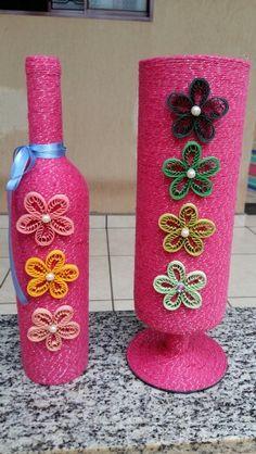Garrafa e taça de vidro cobertas com lã com brilho, pérolas e flores em quilling.