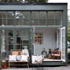 """Sommarnojen on Instagram: """"Modernt Attefallshus med klassiska inslag som fönster med wienerspröjs för att bättre passa in i miljön @plazainterior styling:…"""""""