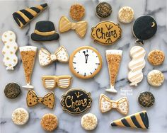 New Year cookie from Sugared & Iced ( Fancy Cookies, Iced Cookies, Cupcake Cookies, Christmas Sugar Cookies, Holiday Cookies, Cakepops, New Years Eve Dessert, New Years Eve Party, New Year's Cupcakes
