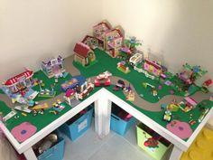 Speelgoed opruimen en opbergen: speeltafel met opbergruimte.