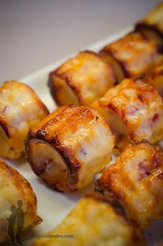 Cannelés with smoked bacon and emmental cheese Fingers Food, Vol Au Vent, Salty Foods, Snacks, Food Inspiration, Appetizer Recipes, Love Food, Food Porn, Food And Drink