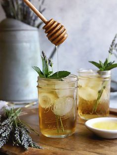 This lavender mint iced tea captures the spirit of summer with refreshing yet mellow flavors from the garden. Ideal for afternoon sipping. Iced Tea Recipes, Drinks Alcohol Recipes, Non Alcoholic Drinks, Drink Recipes, Beverages, Cocktail And Mocktail, Cocktails, Mint Iced Tea, Healthy Drinks