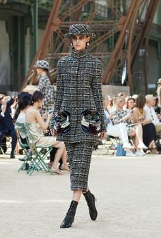 Looks from the Fall-Winter Haute Couture show on the CHANEL official website Chanel Couture, Haute Couture Fashion, Karl Lagerfeld, Style Casual, My Style, Tweed, Chanel 2017, Chanel Official Website, Collection Couture